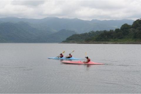Kayak-on-Arenal-LakeCR
